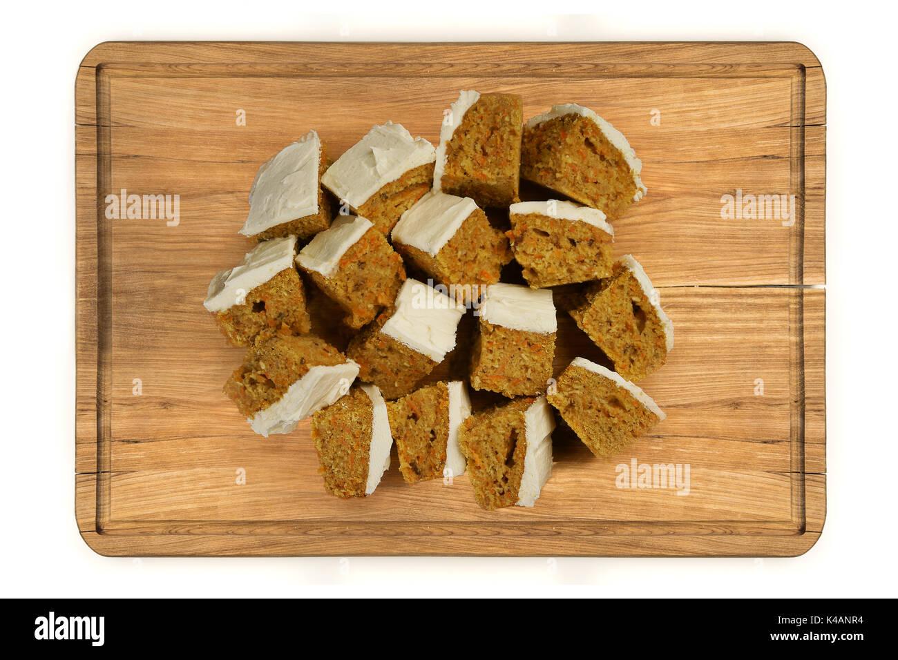 Ansicht von oben verglast mini Karotten Kuchen auf Holzplatte auf weißem Hintergrund Stockfoto