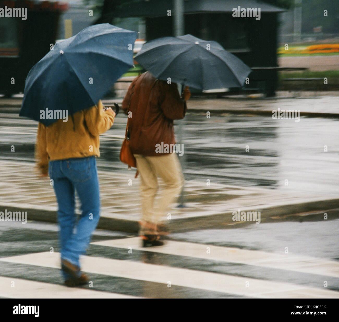 Paar unter Regenschirmen 2008 Stockbild