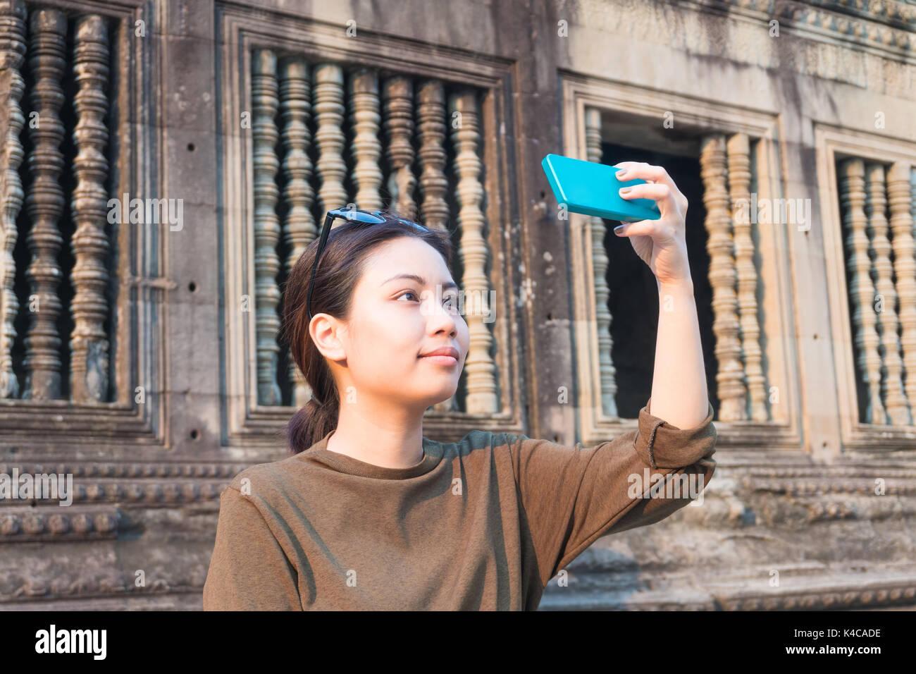 Weibliche Reisende selfie mit Ihrem Smartphone in Angkor Wat Kambodscha siem reap Stockbild