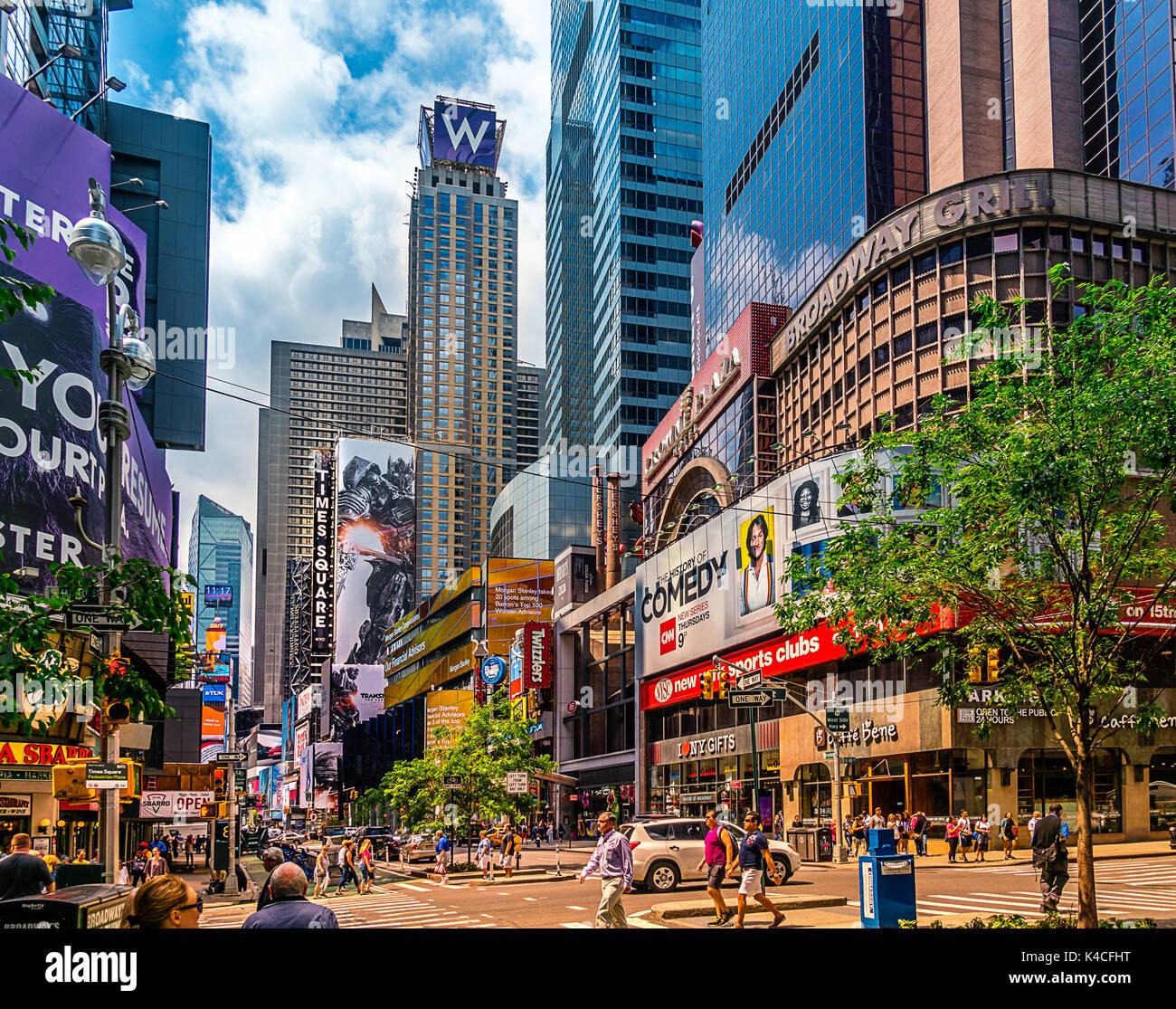 Straße Landschaft am Broadway in Manhattan, New York City, in der Nähe von Times Square. Bild mit Verkehr und Taxis und das berühmte Theater und musikalische Ads und billdboards. Stockbild