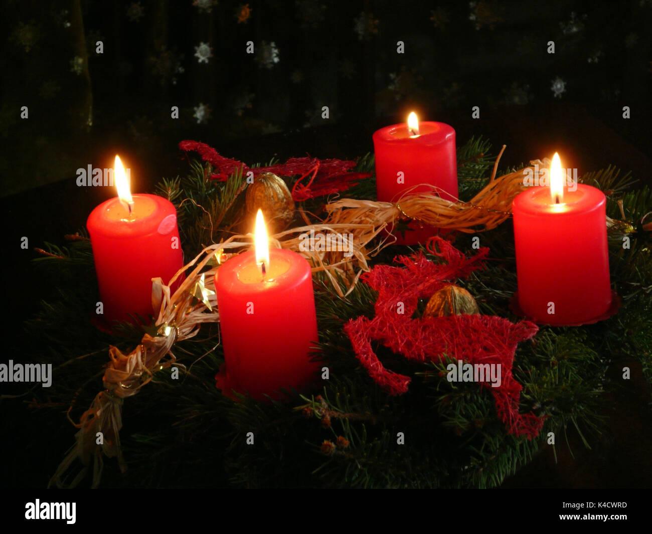 adventskranz mit vier brennenden kerzen kerzenlicht auf. Black Bedroom Furniture Sets. Home Design Ideas