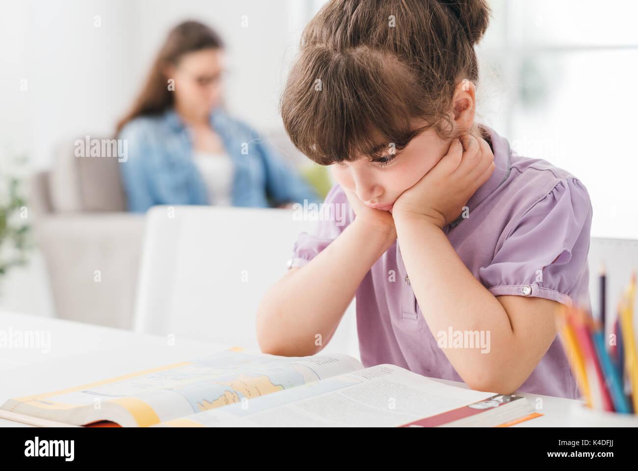 Faul gelangweilt junges Mädchen studieren und ihre Hausaufgaben zu ...