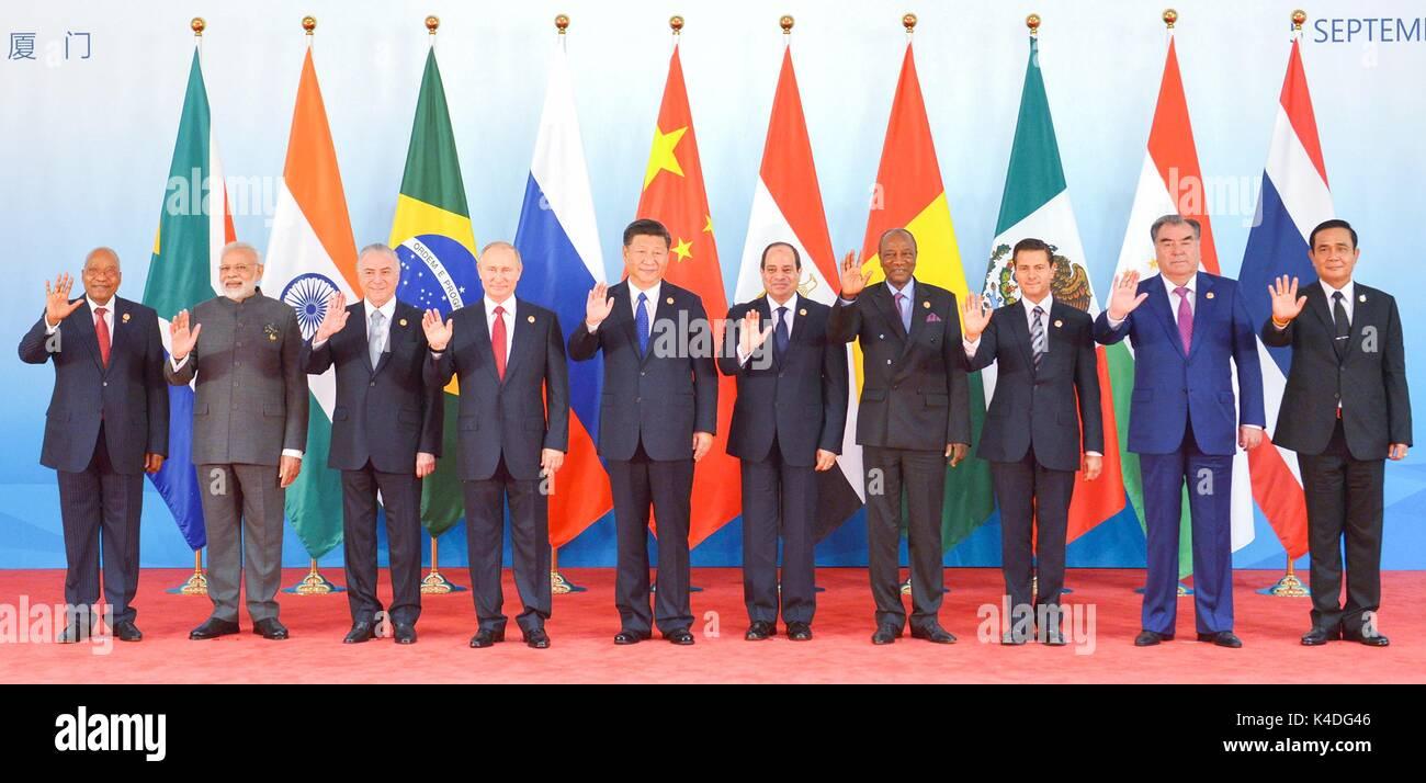 Die Staats- und Regierungschefs an der BRICS-Gipfeltreffen auf den Dialog der Schwellen- und Entwicklungsländer stehen zusammen für eine Familie Foto September 5, 2017 in Xiamen, China. Zu Recht: Der südafrikanische Präsident Jacob Zuma, der indische Ministerpräsident Narendra Modi, der brasilianische Präsident Michel Temer, der russische Präsident Wladimir Putin, der chinesische Präsident Xi Jinping, der ägyptische Präsident Abdel-Fattah el-Sissi, guineischen Präsidenten Alpha Condé, mexikanischer Präsident Enrique Peña Nieto, der TADSCHIKISCHE Präsident Emomali Rahmon und thailändischen Premierminister Prayuth Chan-ocha. Links Stockbild