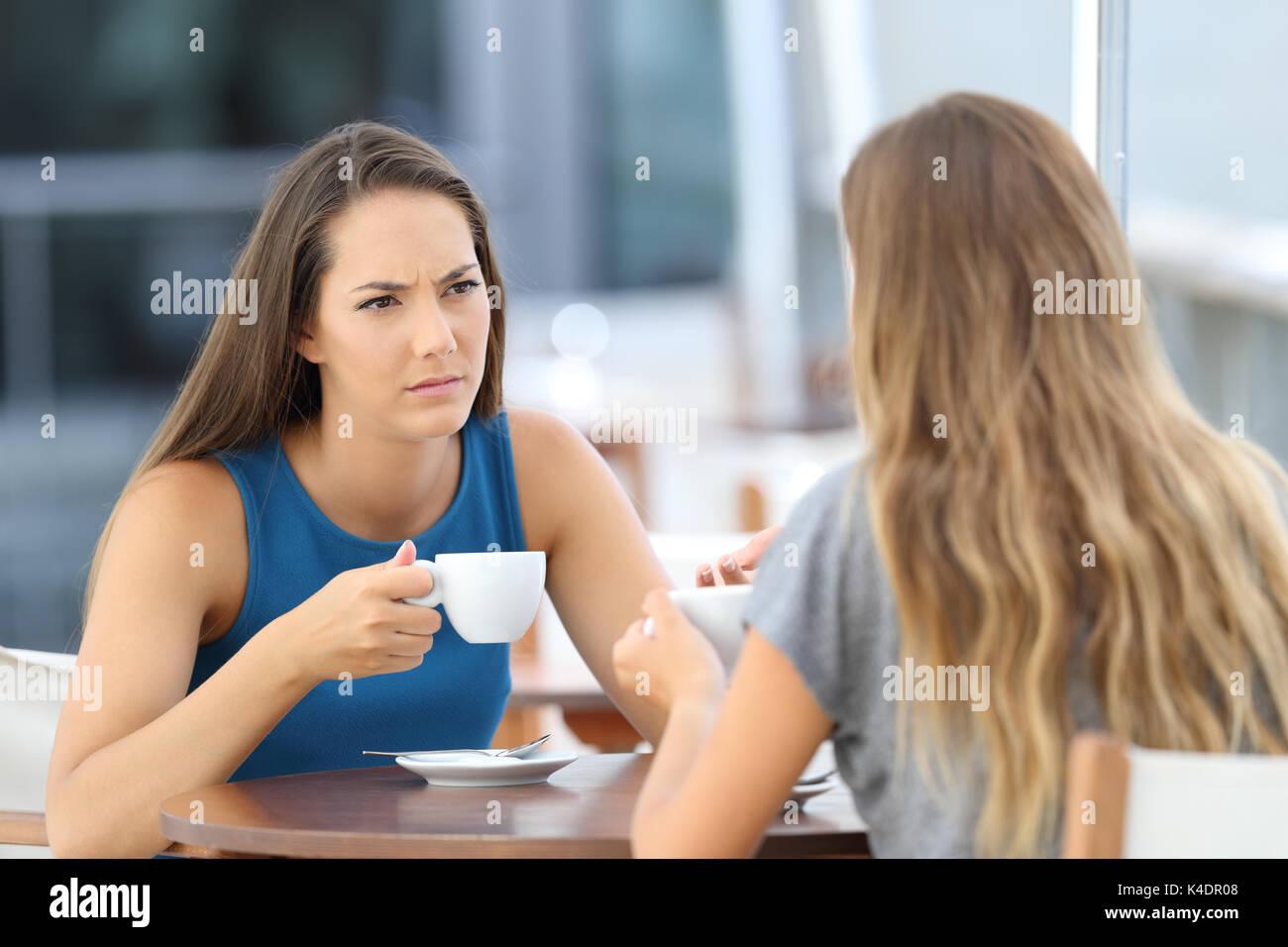 Zwei schwere Freunde ein Gespräch in einer Bar auf der Terrasse sitzen Stockbild