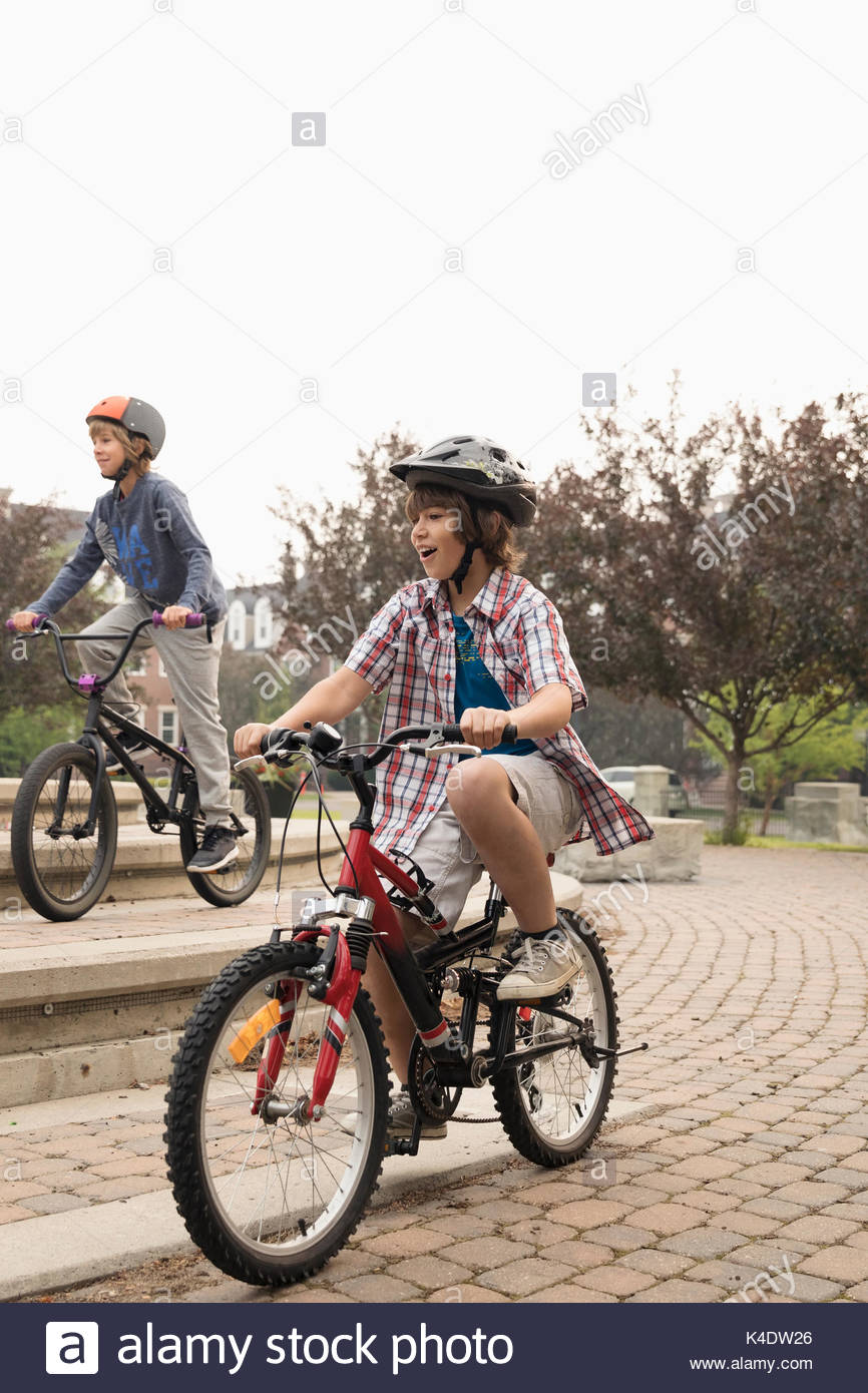 Junge Freunde Fahrrad im Park Stockbild