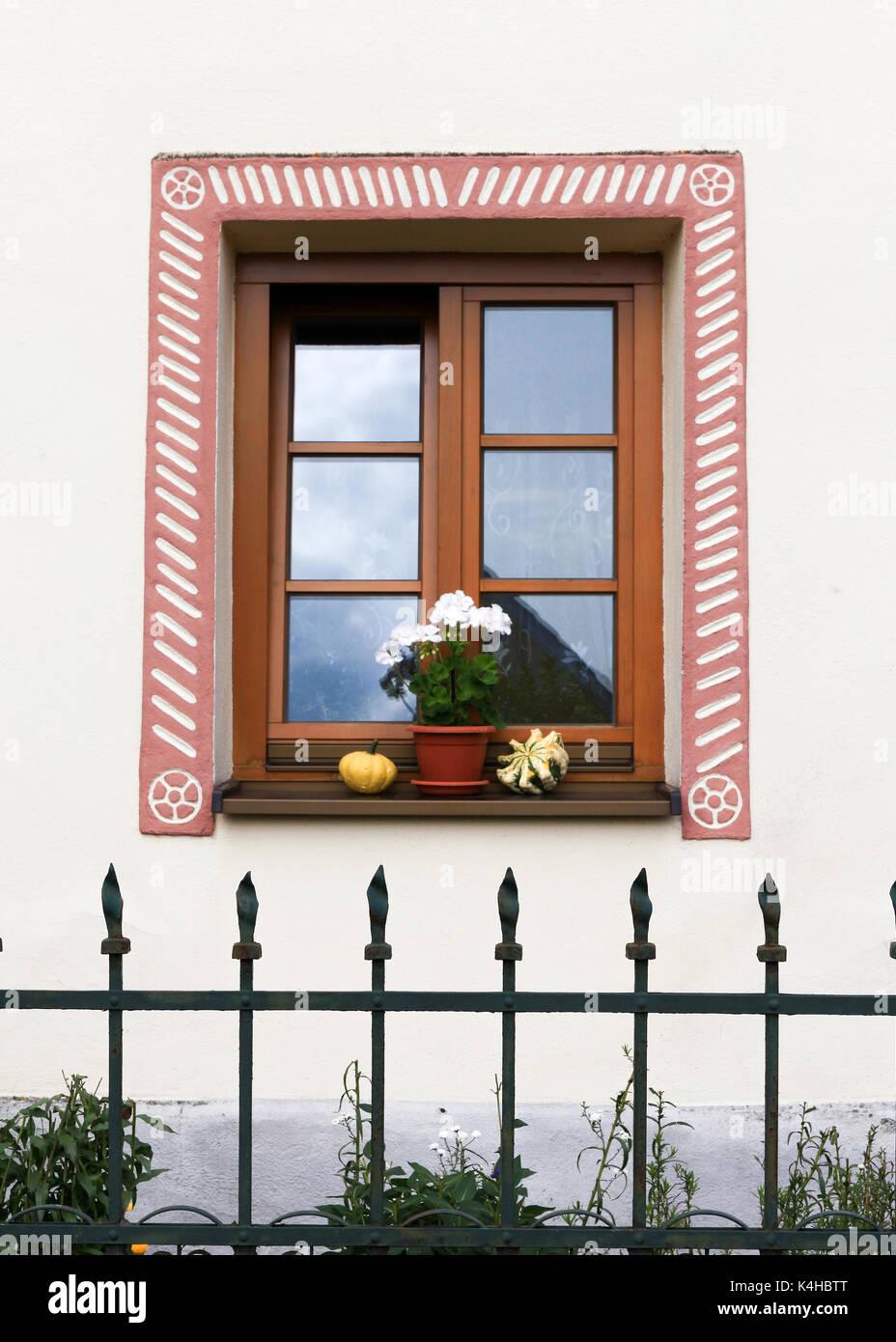 Schones Landhaus Fenster Mit Blumen Stockfoto Bild 157734440 Alamy