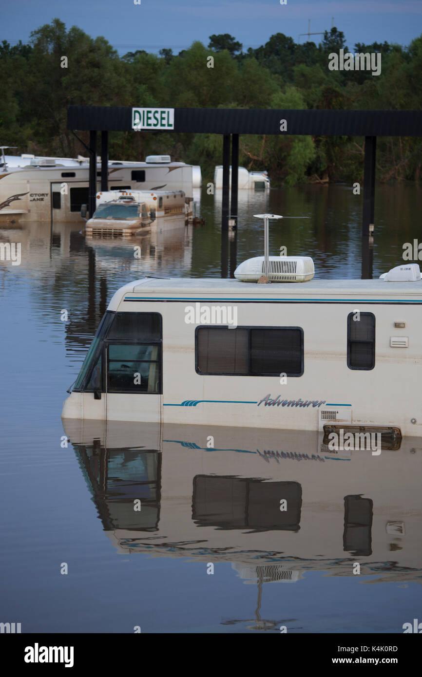 Beaumont, Texas USA Sept. 5, 2017: Überschwemmungen entlang der Autobahn 10 zwischen Beaumont und Vidor, Texas fast zwei Wochen nach dem Hurrikan Harvey Hit der texanischen Küste zwischen Corpus Christi und Port Arthur. Credit: Bob Daemmrich/Alamy leben Nachrichten Stockbild