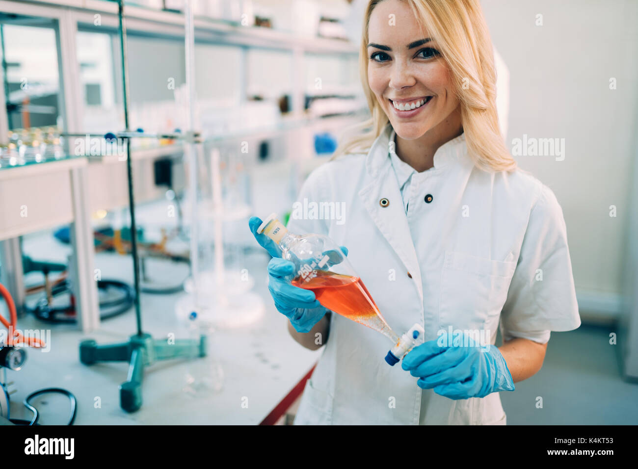 Attraktive Student der Chemie in Labor Stockbild