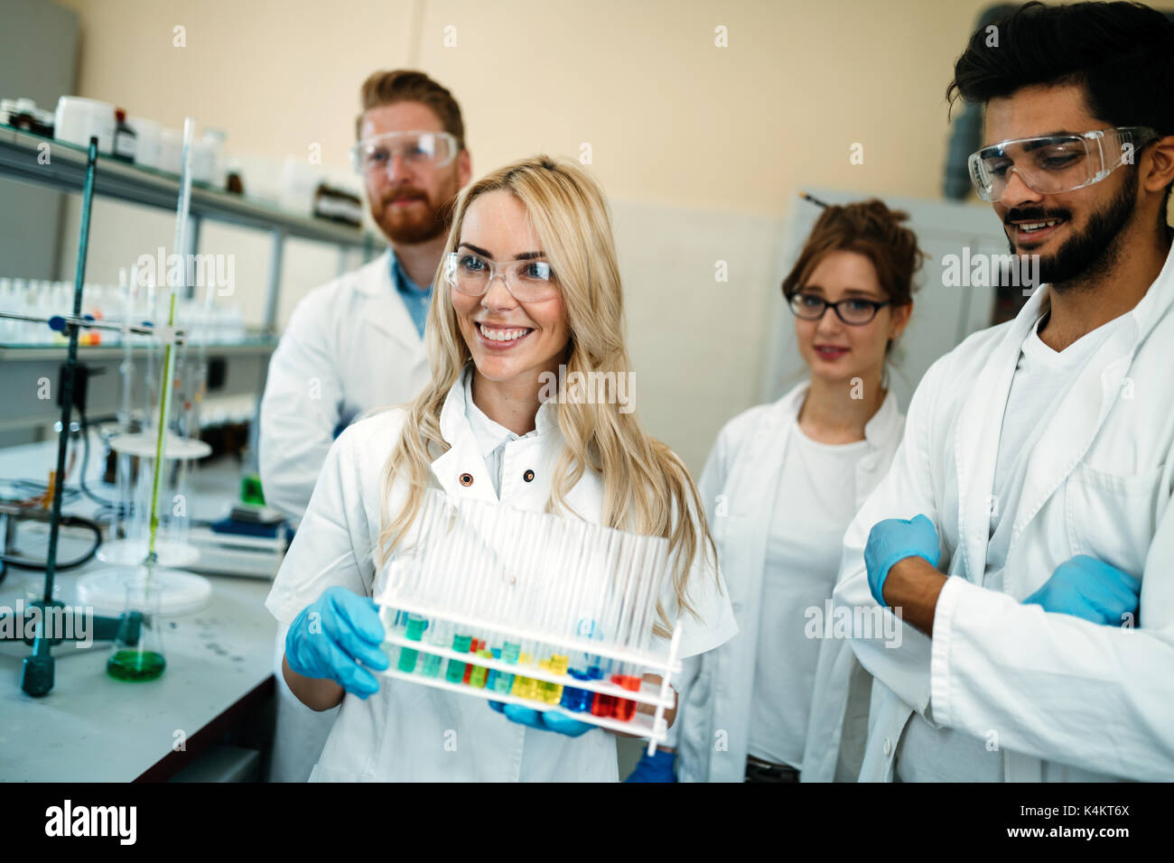 Gruppe junge erfolgreiche Wissenschaftler für die Kamera posieren Stockbild