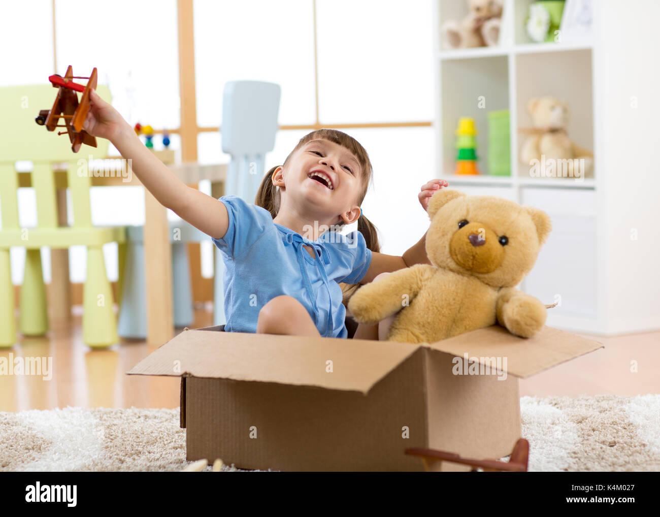 Konzept der Träume. Pilot Kind mit einem Spielzeug Flugzeug spielt zu Hause in Ihrem Zimmer. Stockbild