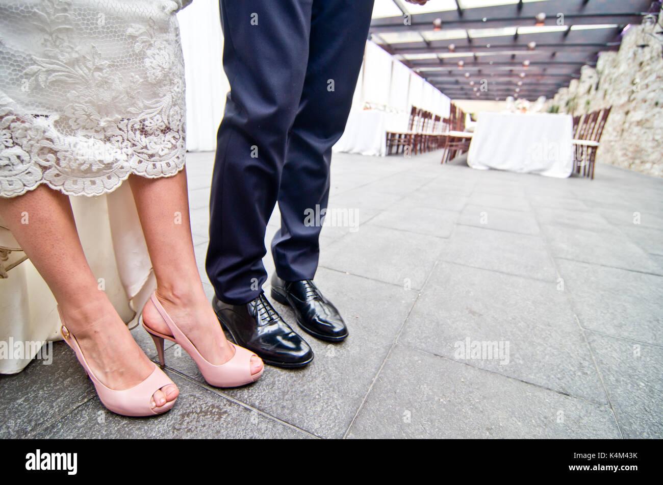 Schuhe des Brautpaares mit Hochzeit Bankett Hintergrund Stockfoto