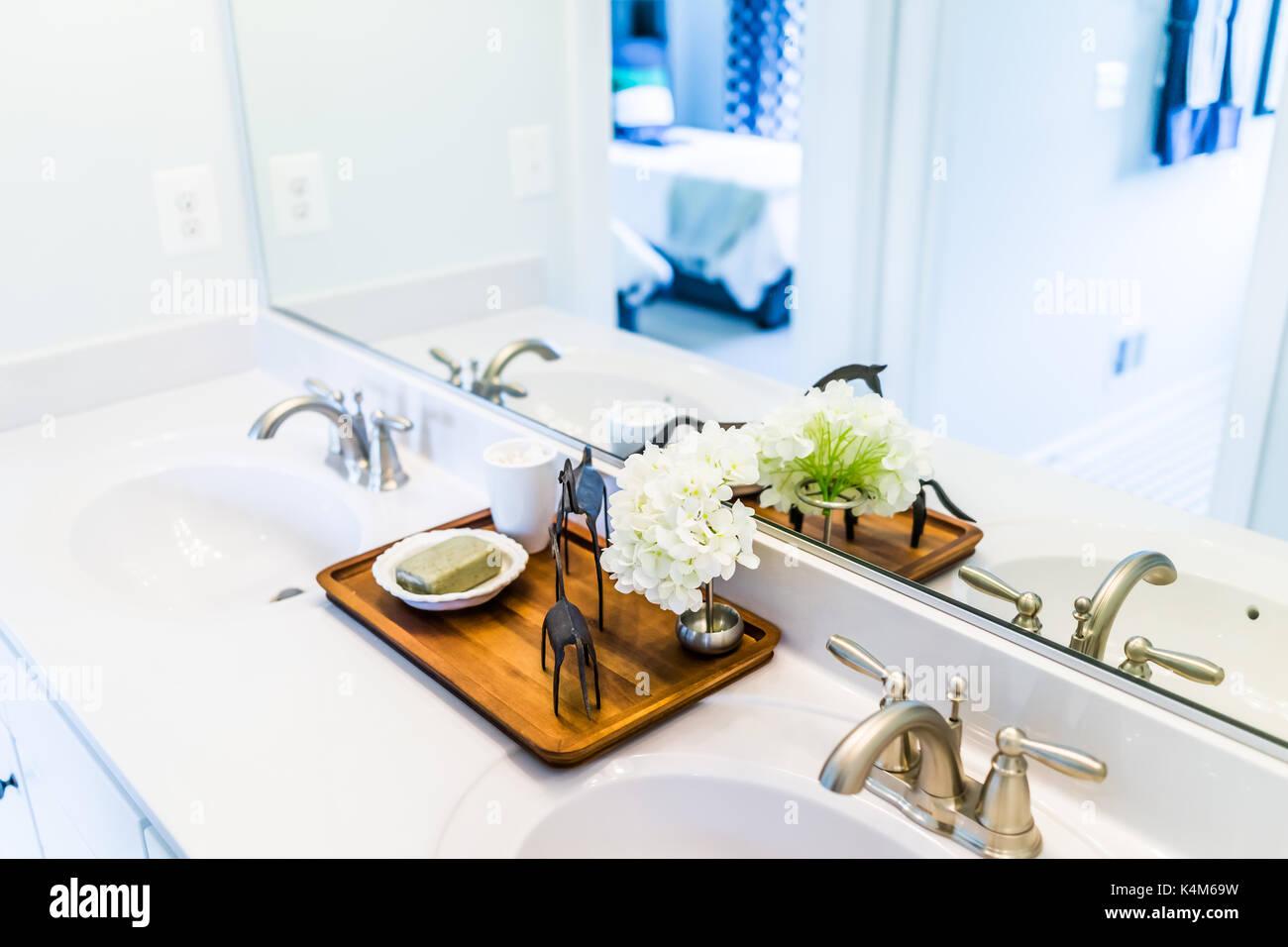 Nahaufnahme Der Modernen Badezimmer, Zwei Waschbecken Mit Weißer  Arbeitsplatte Und Spiegel In Der Inszenierung Modell Heim, Haus Oder  Apartment