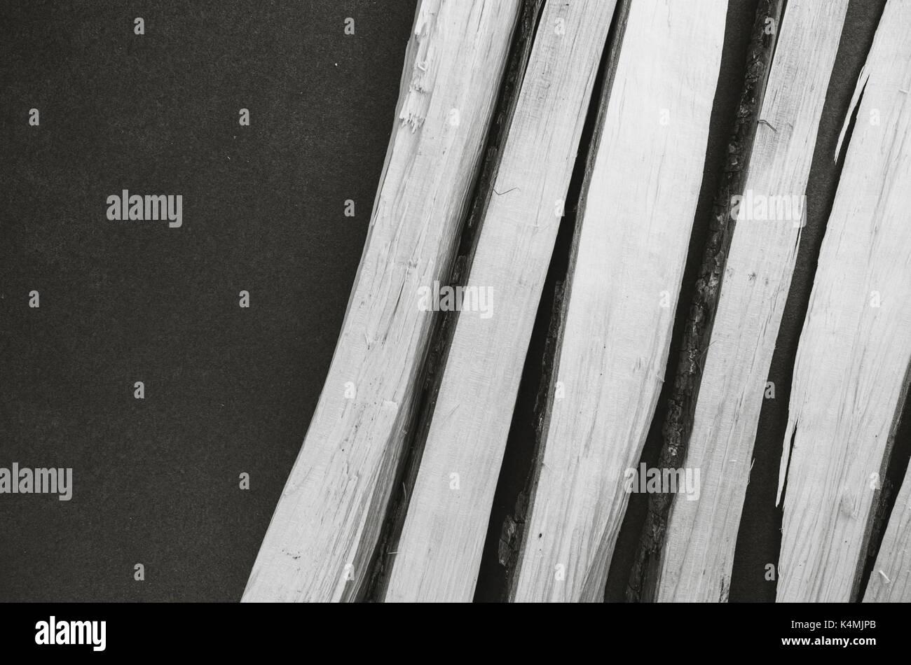 Gehackte Holz auf einem dunklen Stein Arbeitsplatte - Ansicht von oben Stockfoto