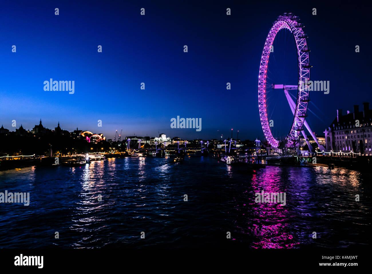 London Eye und die Themse bei Nacht Stockbild