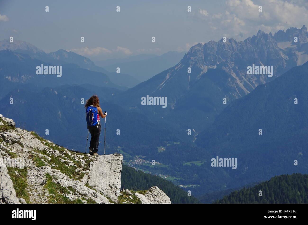 Junge femaie Trekker wandern auf einem Trail in den Dolomiten, Italien, Marmarole Stockfoto