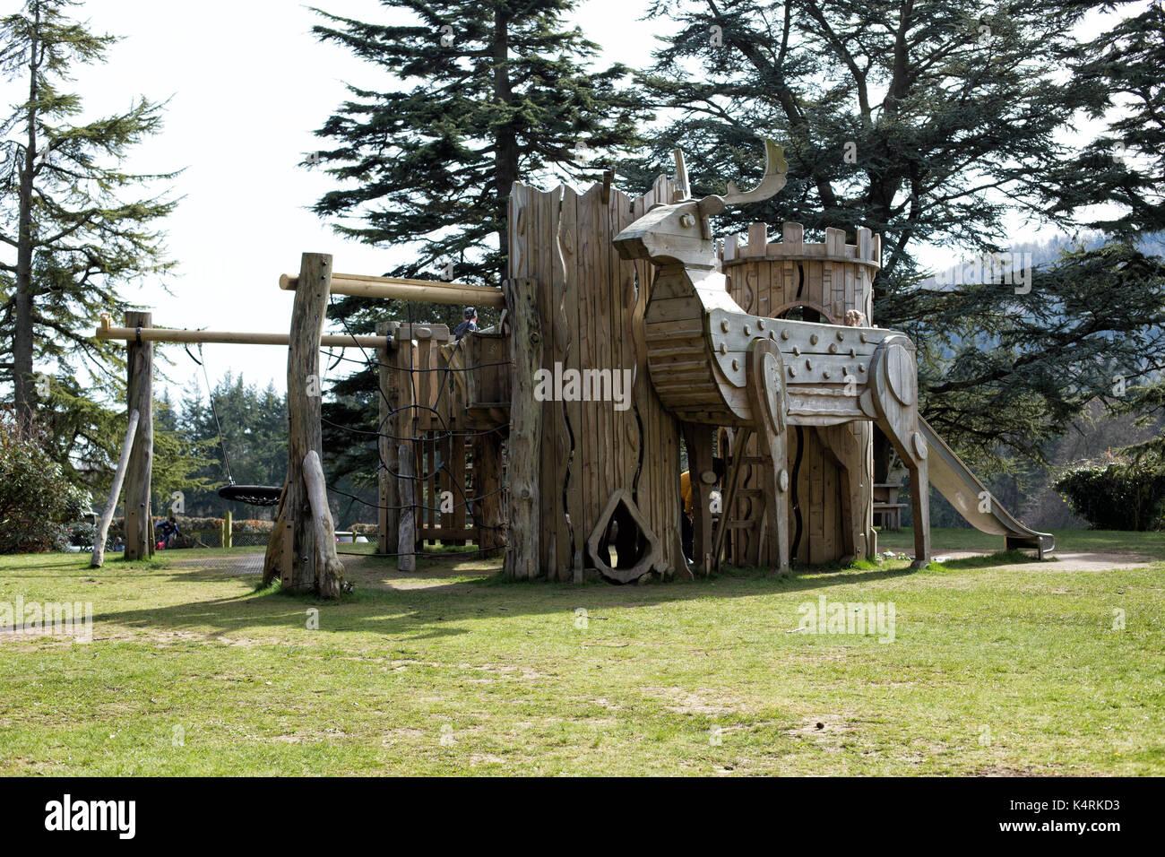 Natur spielen Spielplatz mit großen Rotwild in tollymore forest park castlewellan Newcastle County Down Nordirland Stockfoto