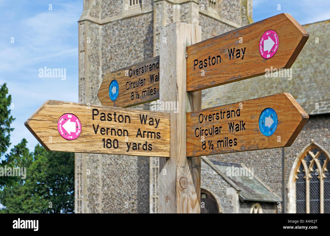Ein Finger Post im Zentrum des Dorfes durch die Kirche in southrepps, Norfolk, England, Vereinigtes Königreich. Stockbild