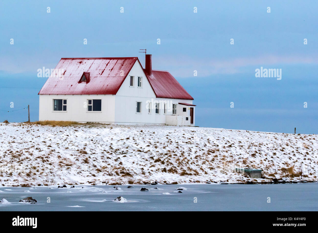 Weisses Haus Mit Rotem Dach In Blikalon Island Stockfoto
