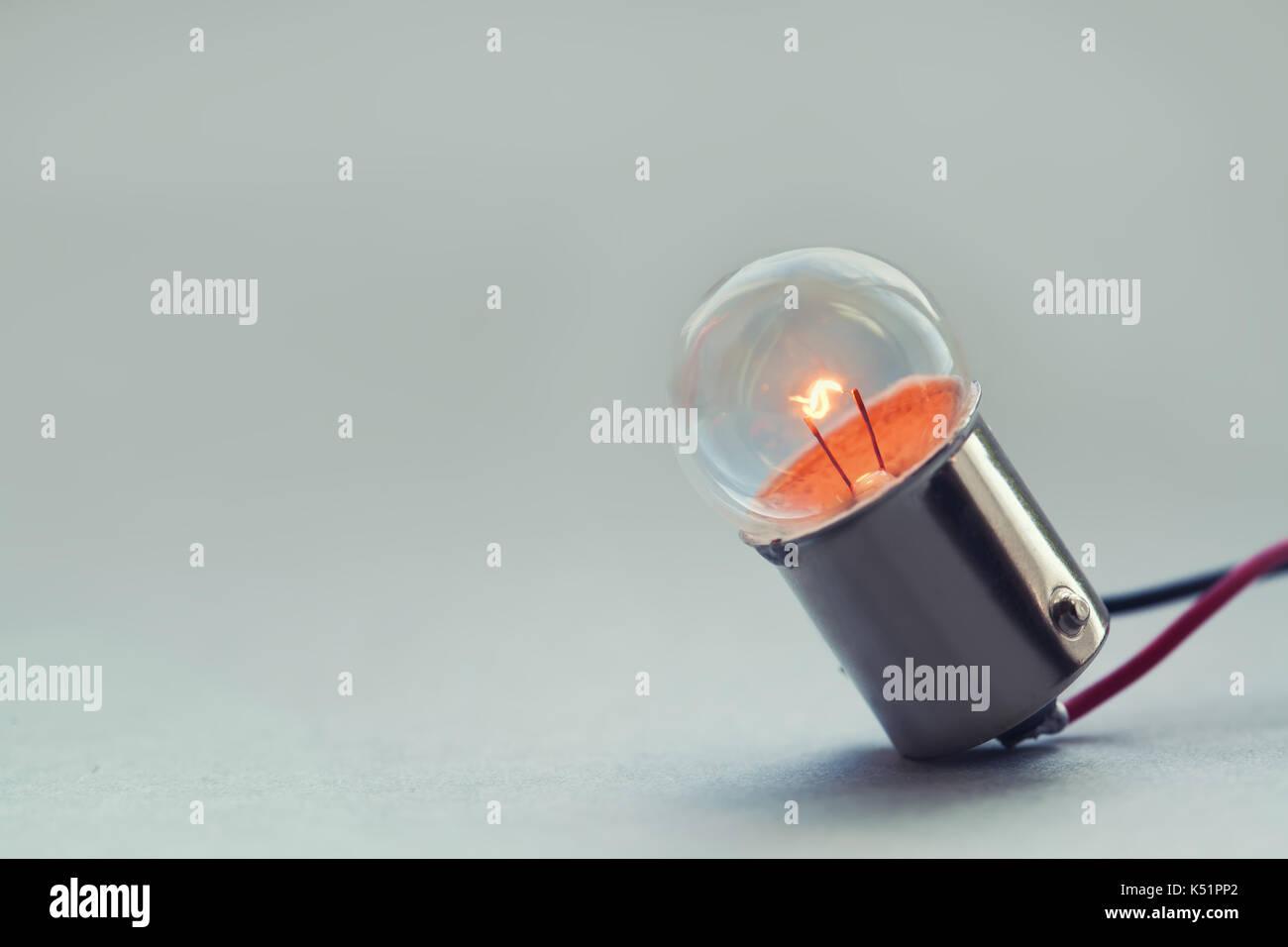Close up leuchtende Glühbirne, Retro Style Glühlampe Makro anzeigen. Warme farben Hintergrund. Soft Focus. Platz kopieren Stockbild