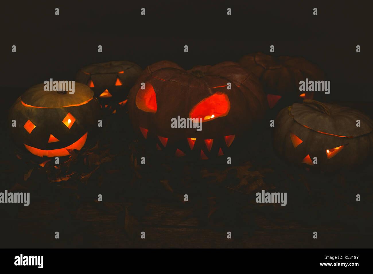 Beleuchtete jack o Laternen in Dunkelkammer während der Halloween Stockfoto