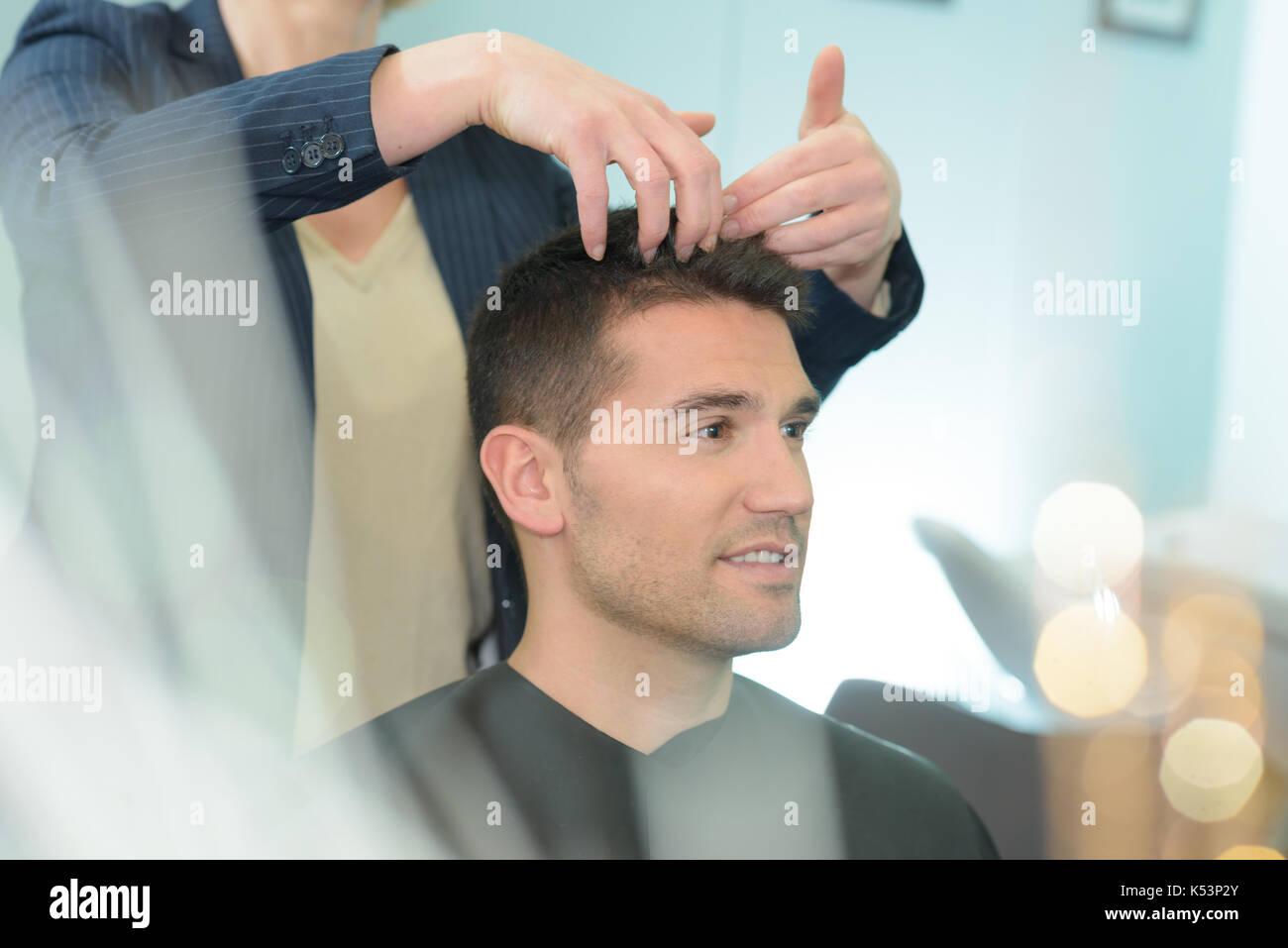 Männliche Friseur Haare Schneiden Von Jungen Kerl In Friseursalon