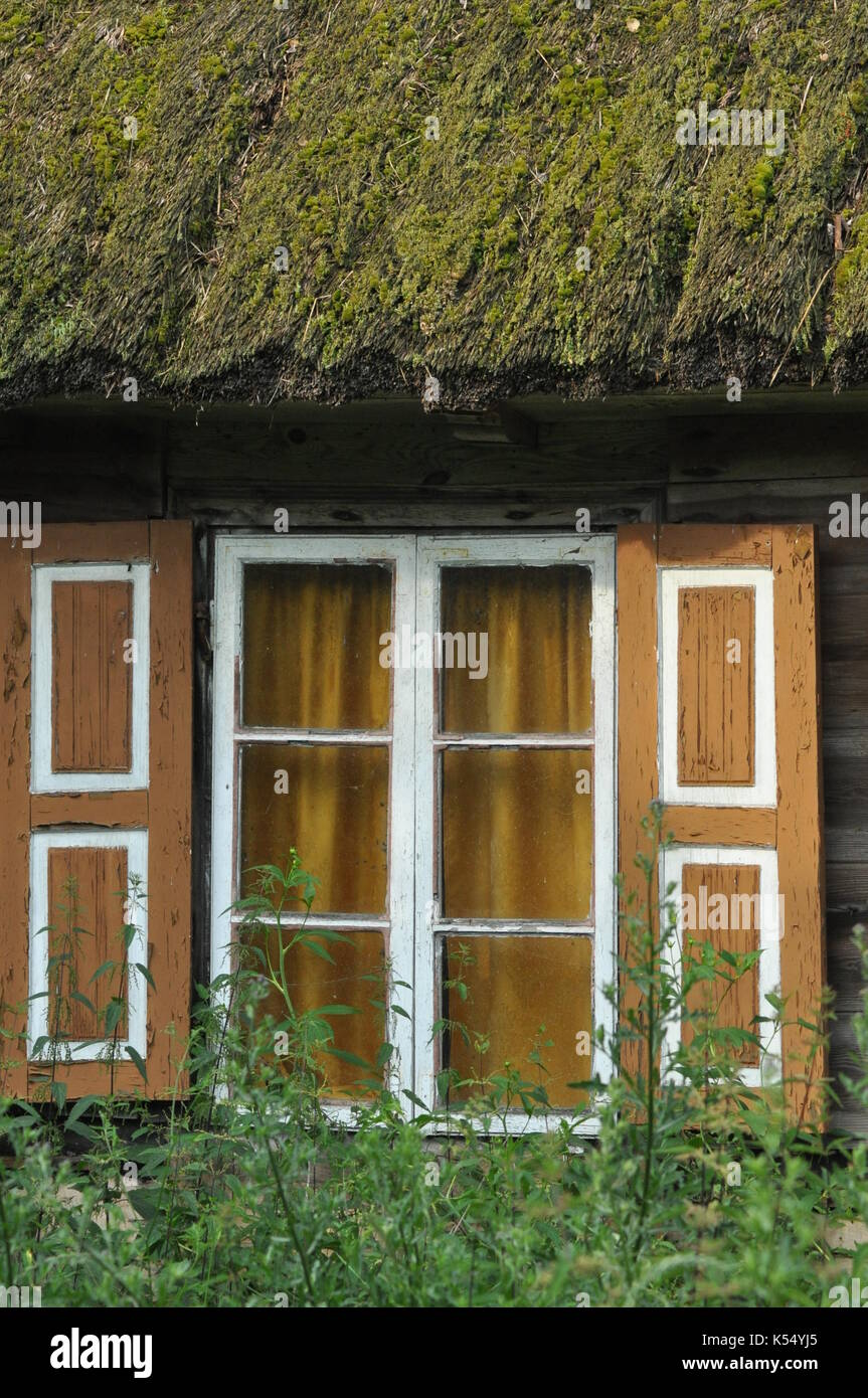 Alten Holzhaus Mit Fensterladen Aus Holz Und Strohdach Landliche