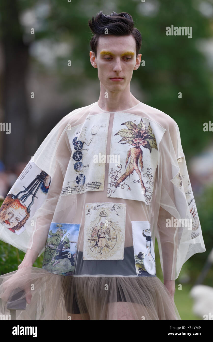 St. Petersburg, Russland - 24. Juni 2017: Theatrical fashion show von Tatiana Parfionova während des Projekts Verbände Stockfoto