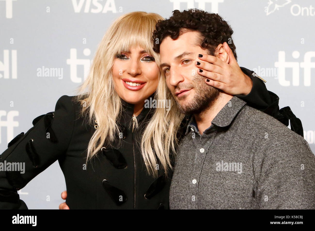 """Toronto, Kanada. 08 Sep, 2017. Lady Gaga und dirctor Chris moukarbel während der """"Gaga: fünf Fuß zwei """"fotoauftrag während der 42 Toronto International Film Festival bei Bell Lightbox am September 08, 2017 in Toronto, Kanada Kredit: geisler - fotopress/alamy leben Nachrichten Stockfoto"""