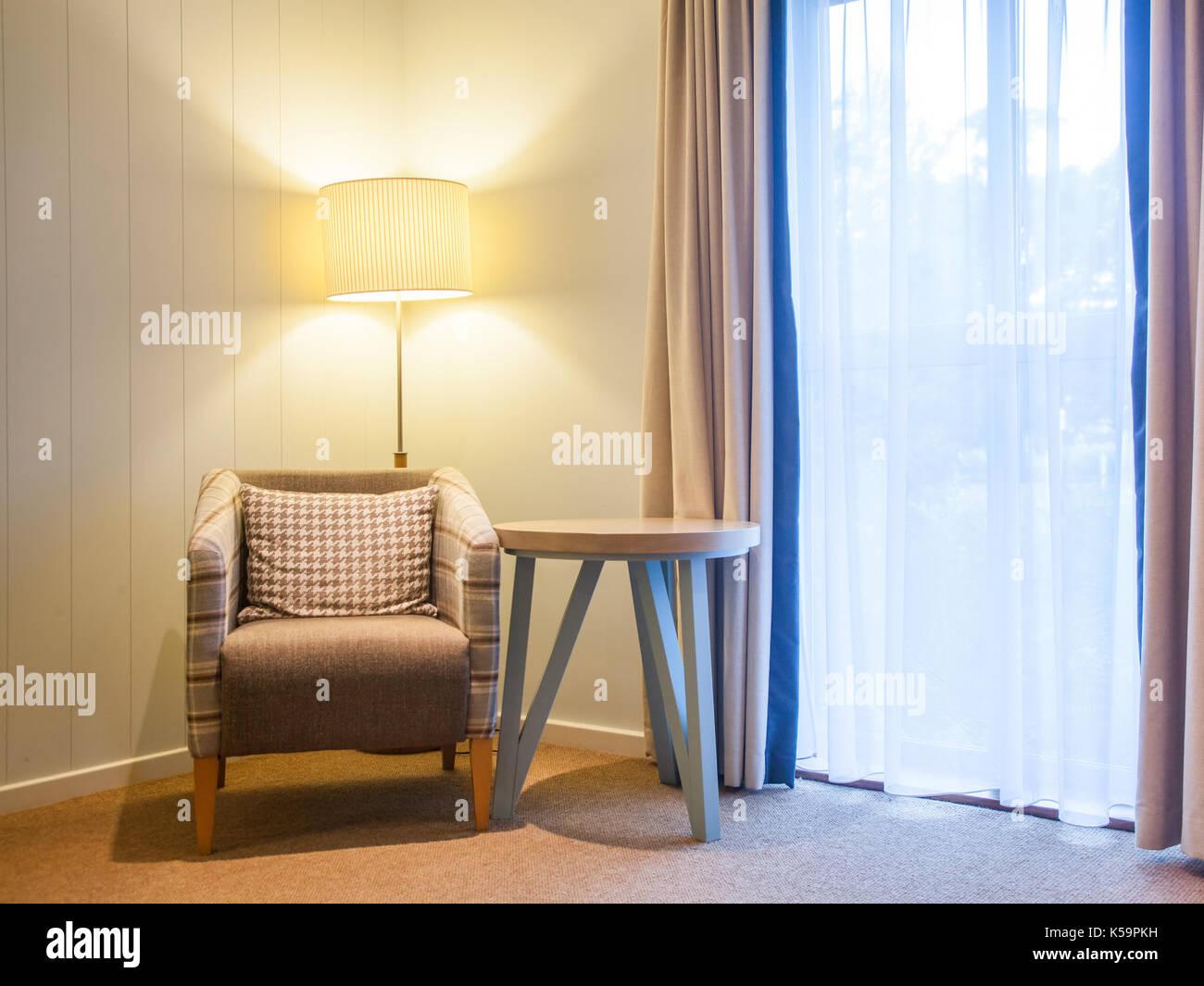 Stuhl Und Lampe Durch Die Fenster Gemütliche Leseecke Stockfoto