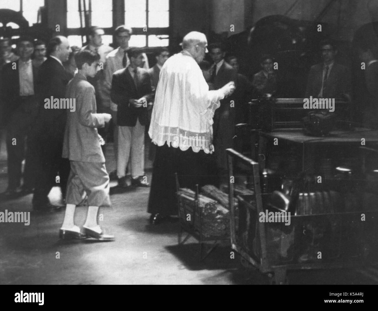 Spanien, Jahrzehnt der fünfzig Jahre. Traditionelle Segen Zeremonie eine Fabrik. Barcelona, Katalonien, Spanien. Stockbild