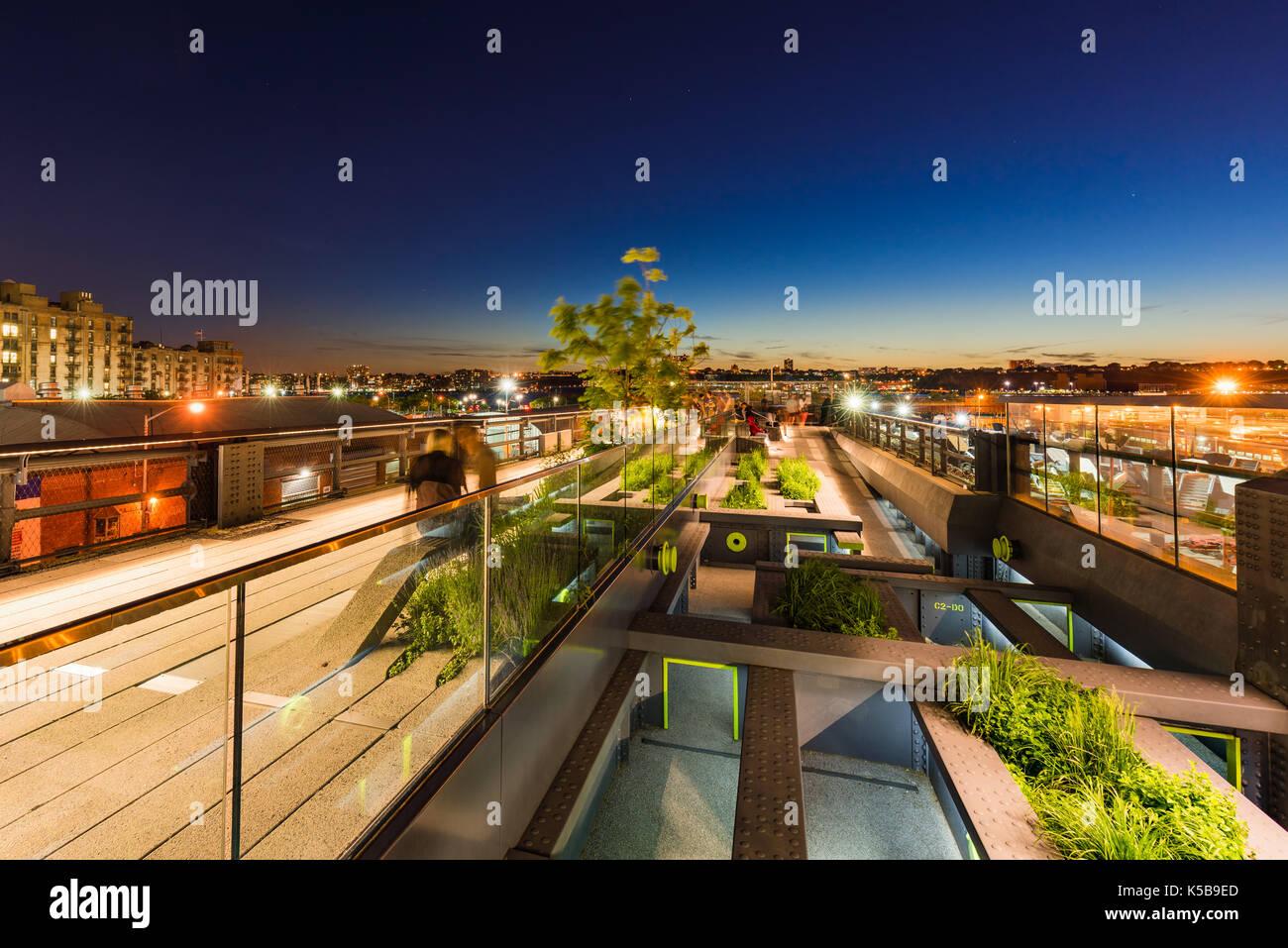 Die High Line Promenade in der Abenddämmerung. Chelsea, Manhattan, New York City Stockbild