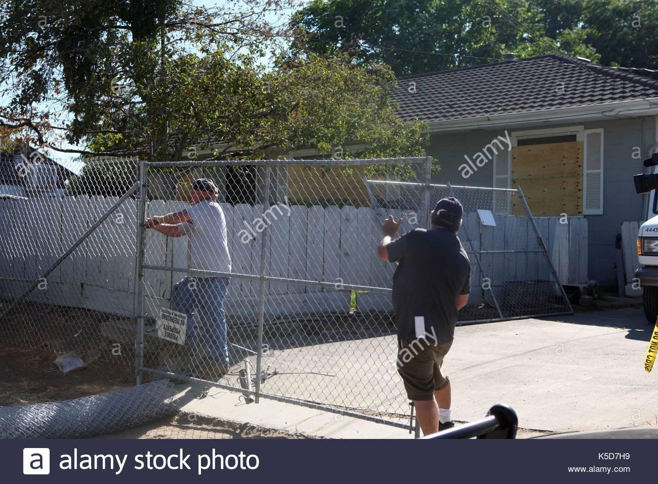 Arbeitnehmer Installieren Sie Einen Zaun Um Phillip Und Nancy