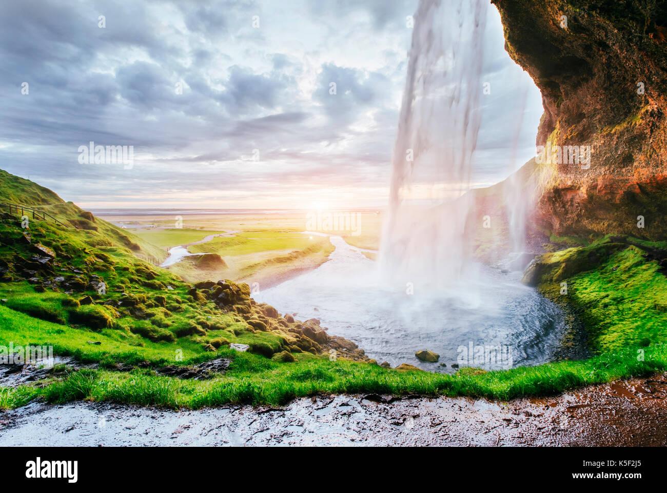 Seljalandfoss Wasserfall bei Sonnenuntergang. Brücke über den Fluss. Fantastische Natur. Island Stockbild