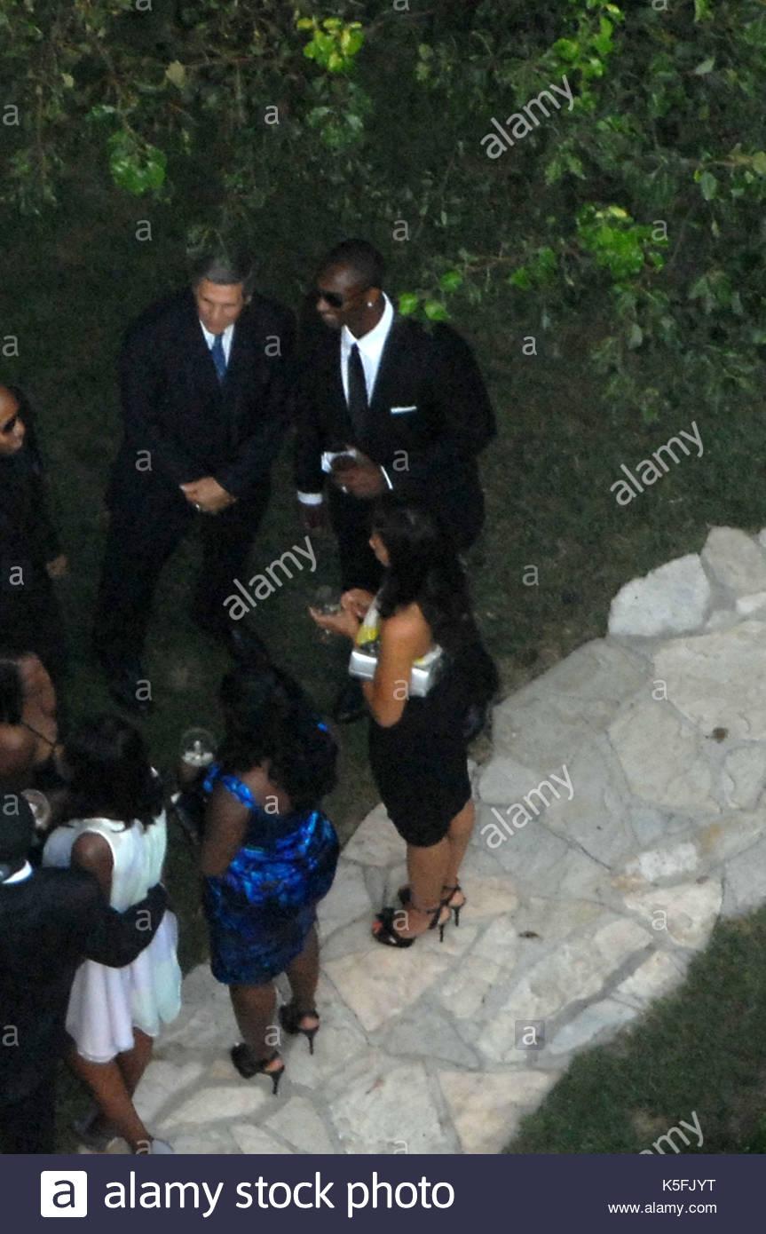 Kobe Bryant und Vanessa Laine. Kim Kardashian trägt ein lila Kleid ...