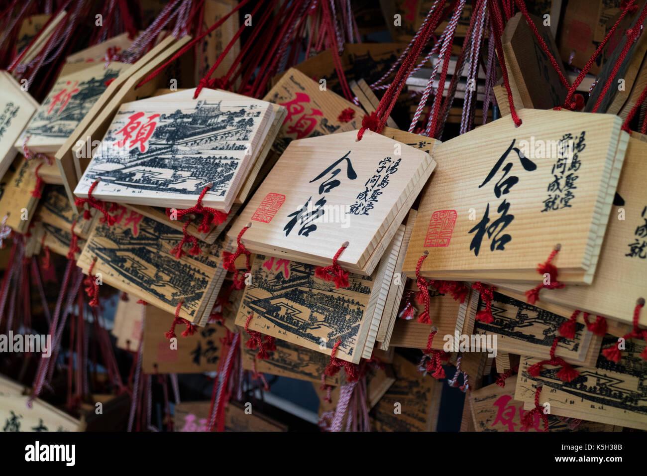 Tokyo, Japan - 14. Mai 2017: Ema, kleinen hölzernen Tafeln mit Wünsche und Gebete auf sie geschrieben Stockfoto