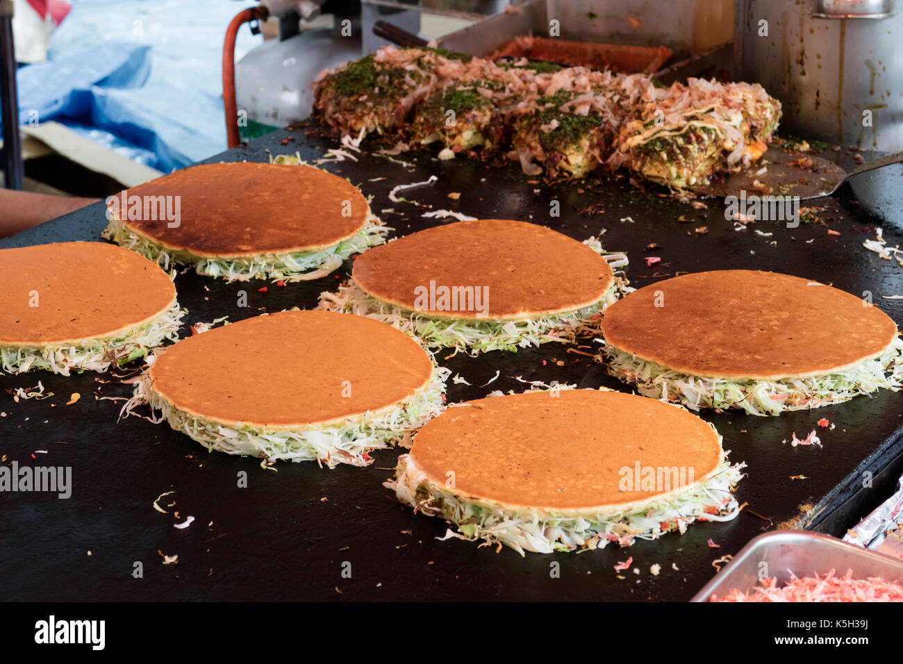 Tokyo, Japan - 14. Mai 2017: Backen Pfannkuchen zum Grill, Okonomiyaki, Kanda matsuri Fest Stockbild