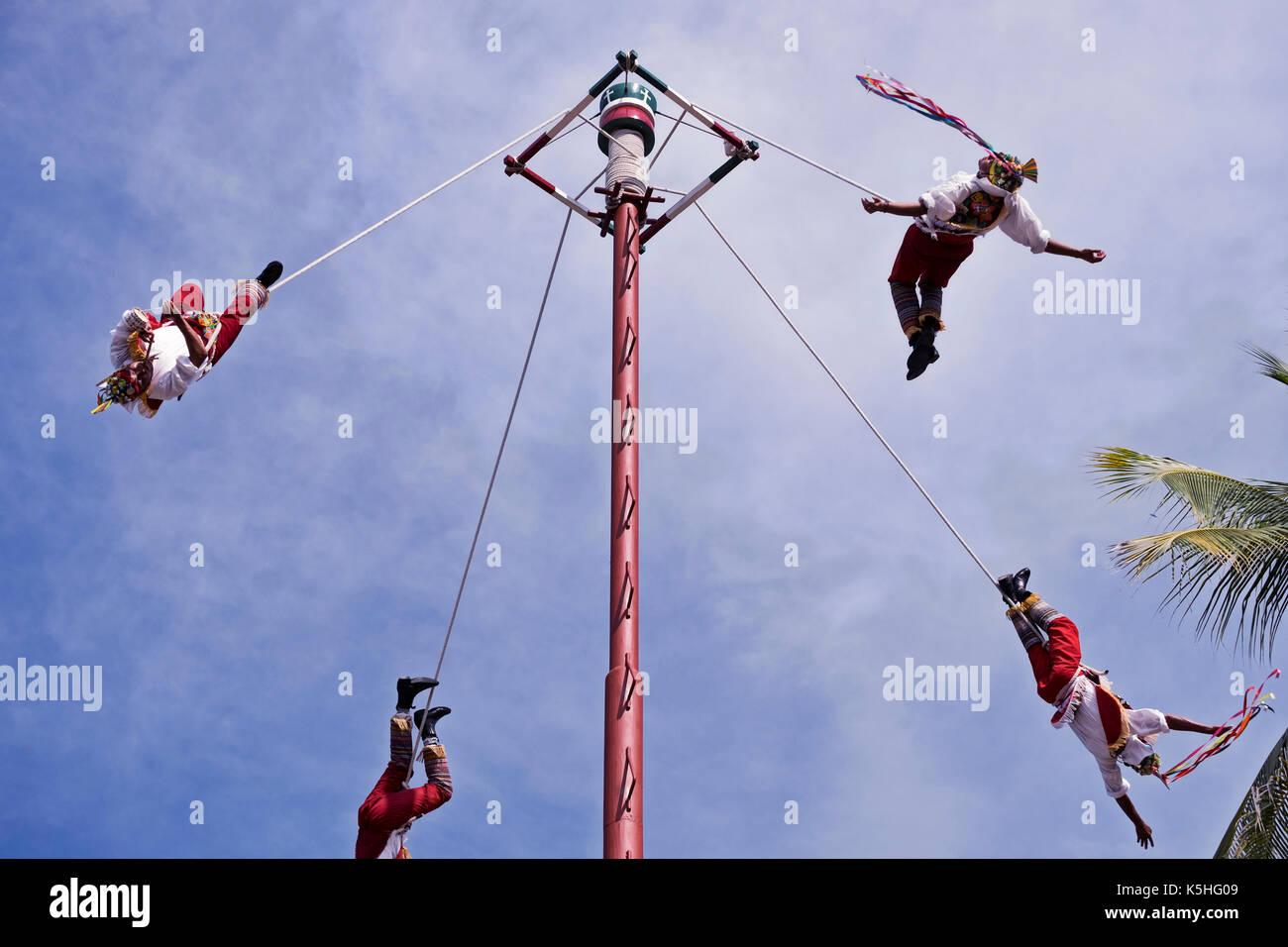 Die Danza de los Voladores (Tanz des Flyers), oder Palo Volador (Pol fliegen), ist eine alte Mesoamerikanischen Zeremonie/Ritual noch heute in M Stockbild