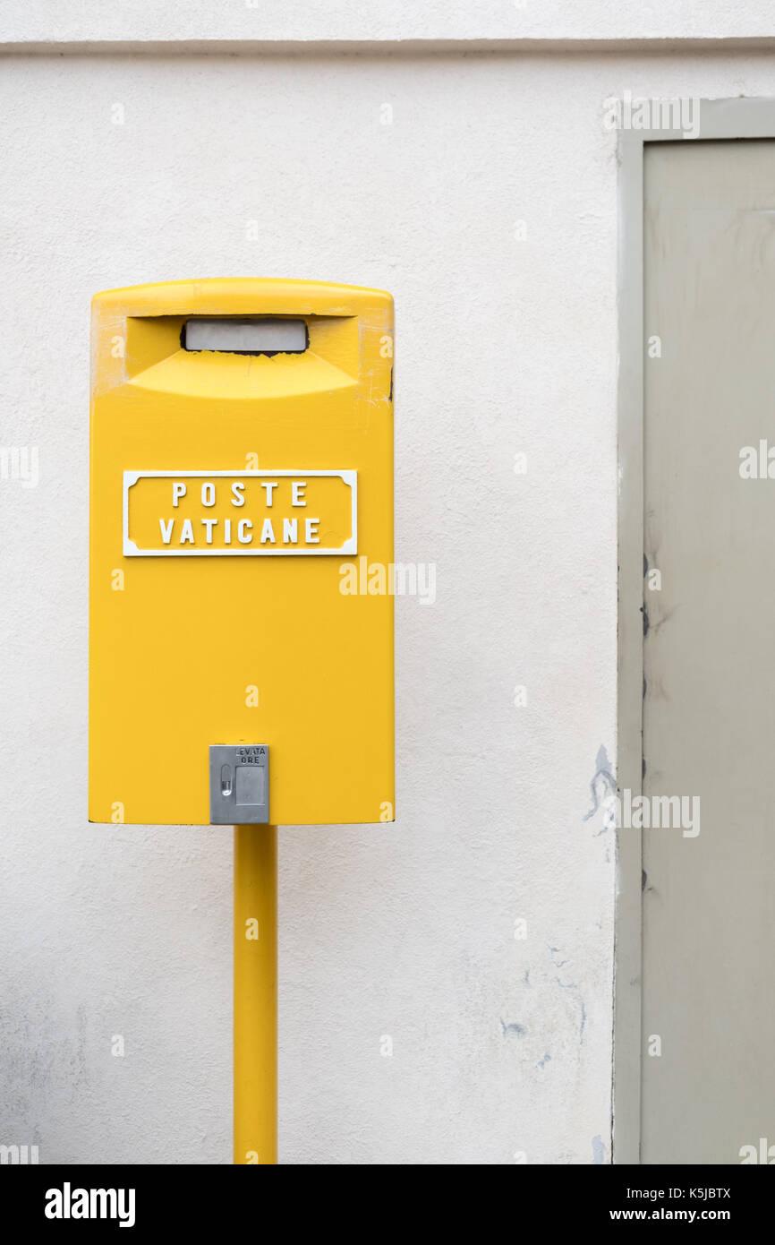 Gelbe Post Box in Vatikanstadt Stockbild
