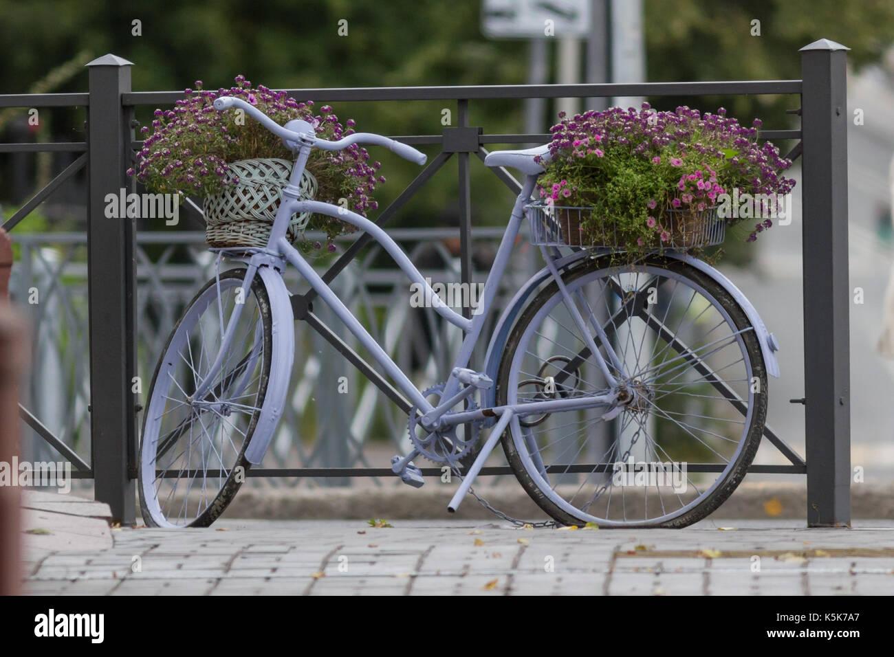 Fahrrad mit Blumen auf der Straße in der Nähe von Cafe Stockfoto ...