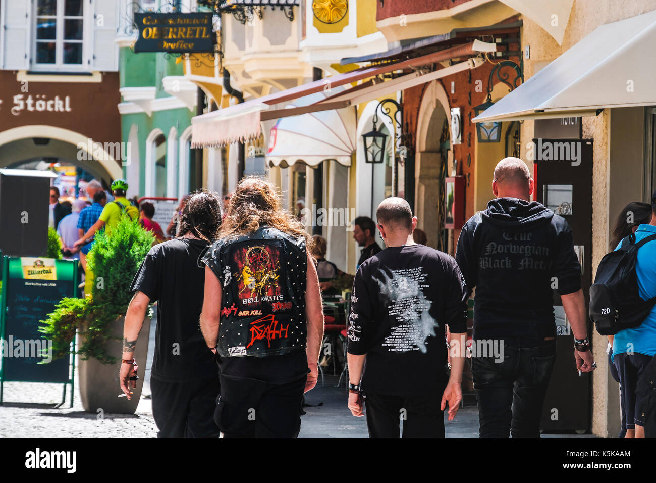 Wacken, Deutschland, 13.August 2017: Heavy Metal Fans, Metalheads zu Fuß auf der Straße von hinten gesehen. Alternative Musik lifestyle Stockbild