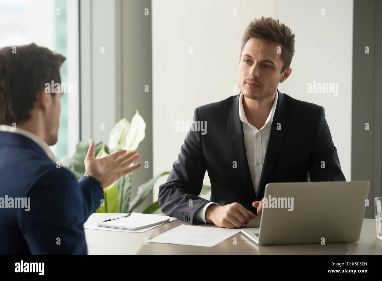 Konzentrierte Geschäftsmann Hören Partner Gutes Angebot Stockfoto