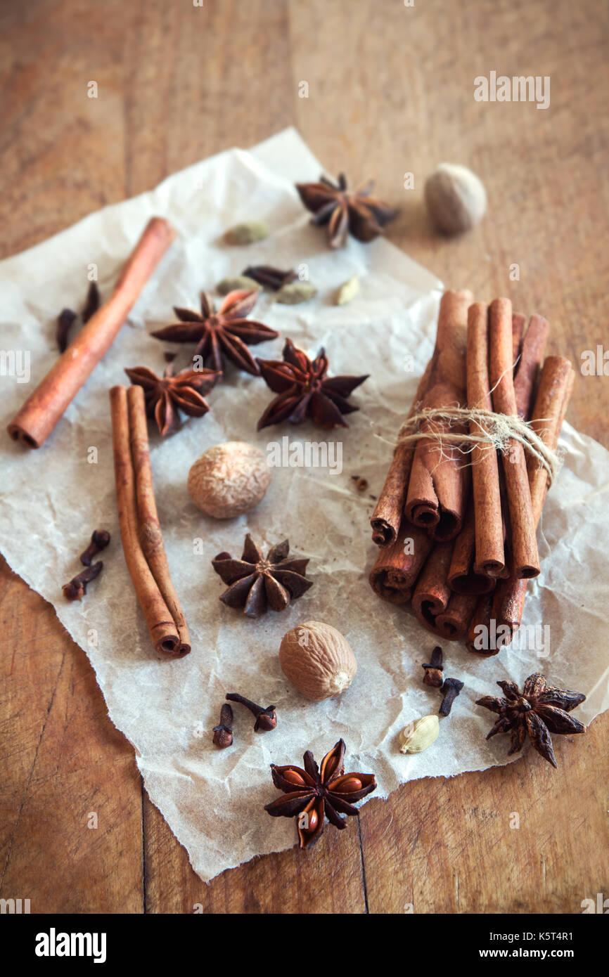 Natürliches Aroma Gewürze für Weihnachten Gebäck oder Glühwein. Zimtstangen, Sternanis, Nelken, Kardamom, Muskatnuss - Gewürze für die Saison Herbst und W Stockbild