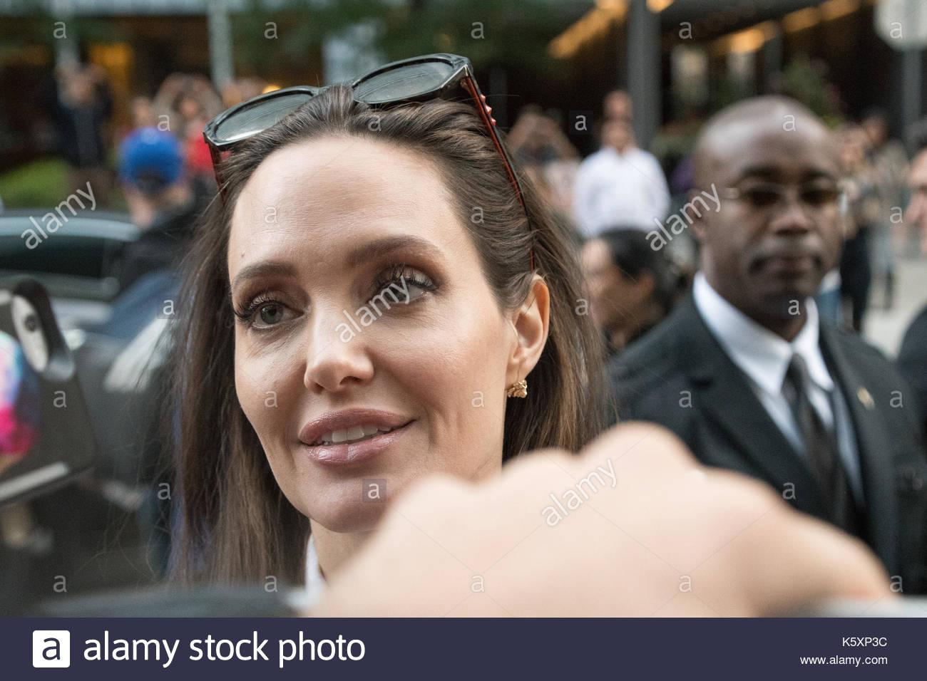 """Angelina Jolie grüßt Fans während TIFF, wo sie die Premiere des """"ernährers"""" auf dem Toronto International Film Festival gesorgt Stockbild"""