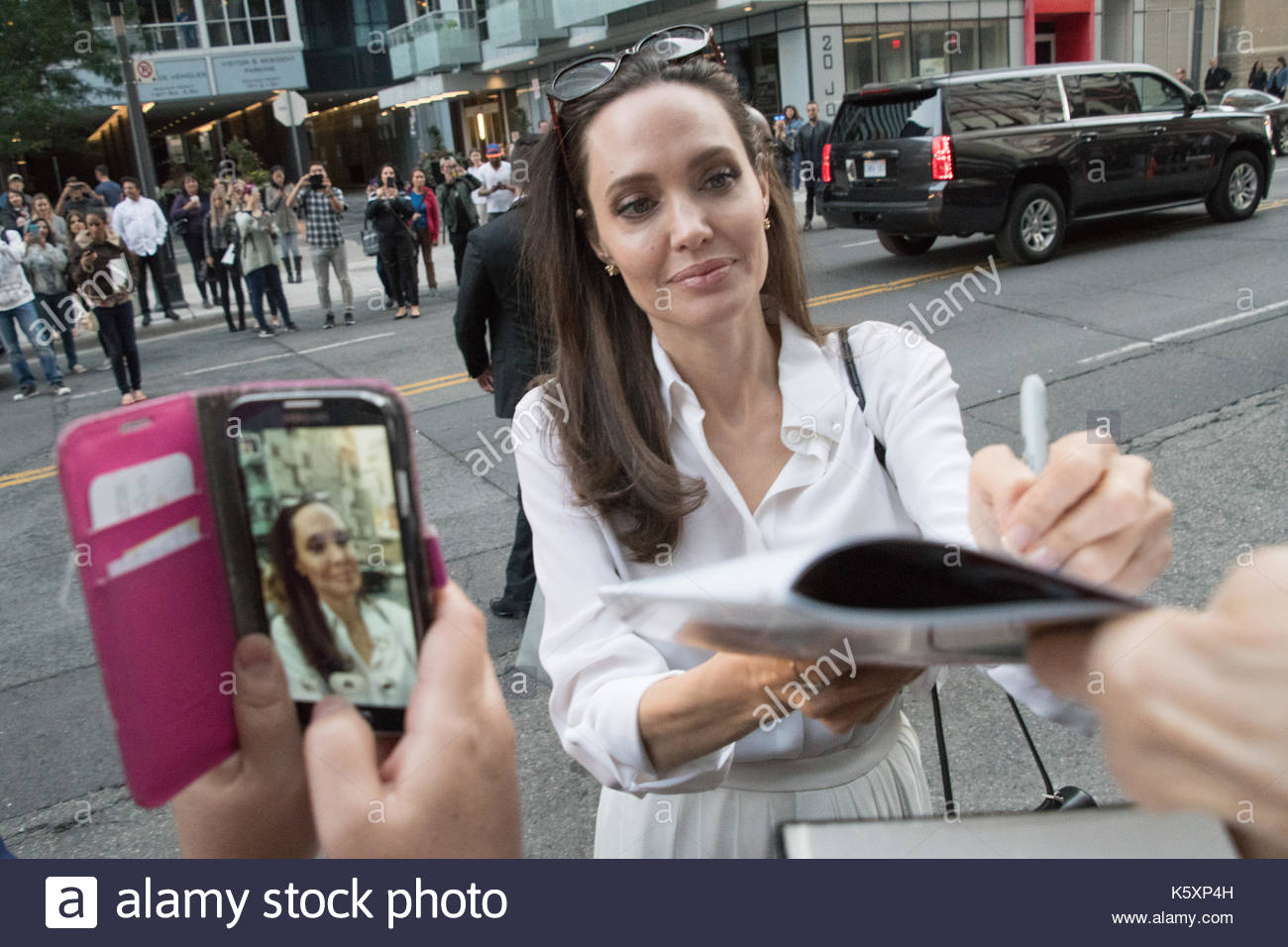 """Angelina Jolie Schilder Plakate während TIFF, wo sie die Premiere des """"ernährers"""" auf dem Toronto International Film Festival gesorgt Stockbild"""