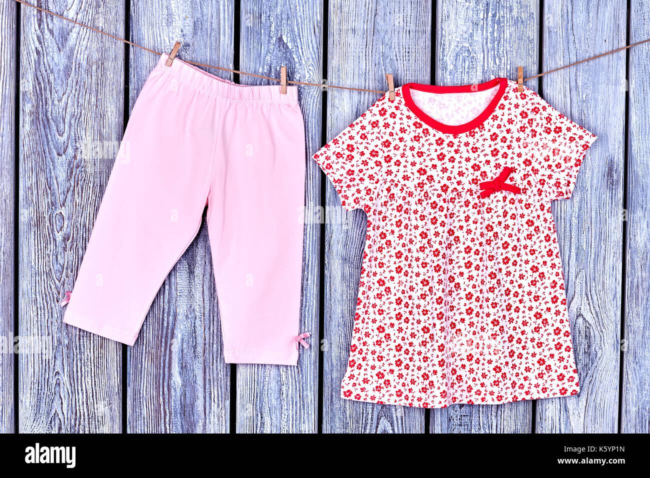 huge discount 69c58 d79f9 Baby Bekleidung auf der Wäscheleine. Toddler girl Hose und ...