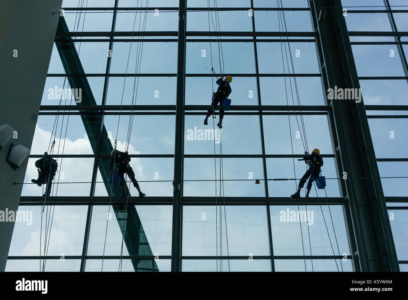 Professionelle Fensterputzer klettern Fassade Stockbild