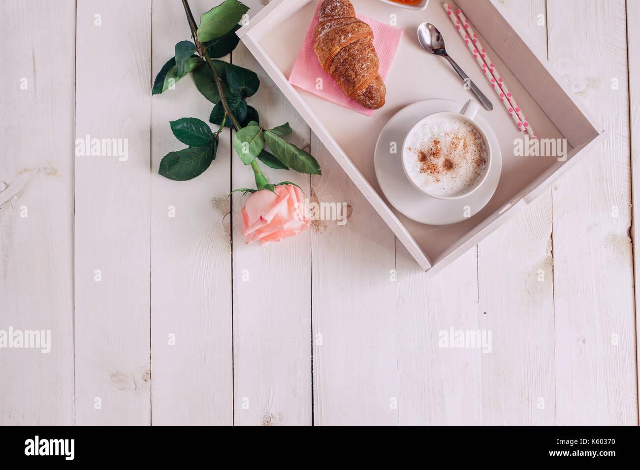 Kaffeebecher Mit Croissant Rose Marmelade Und Noten Guten