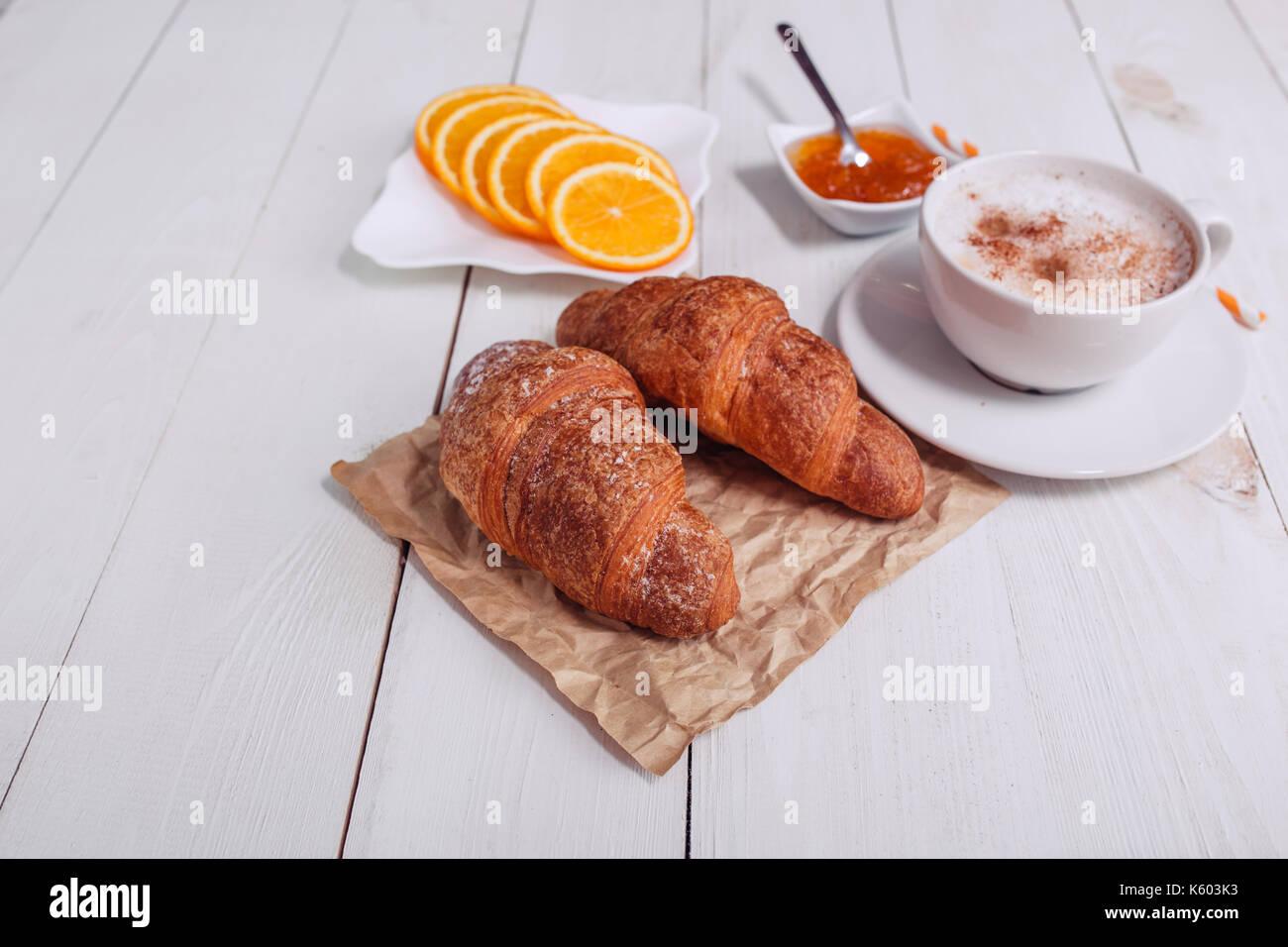 Kaffeebecher Mit Croissant Marmelade Orange Und Noten