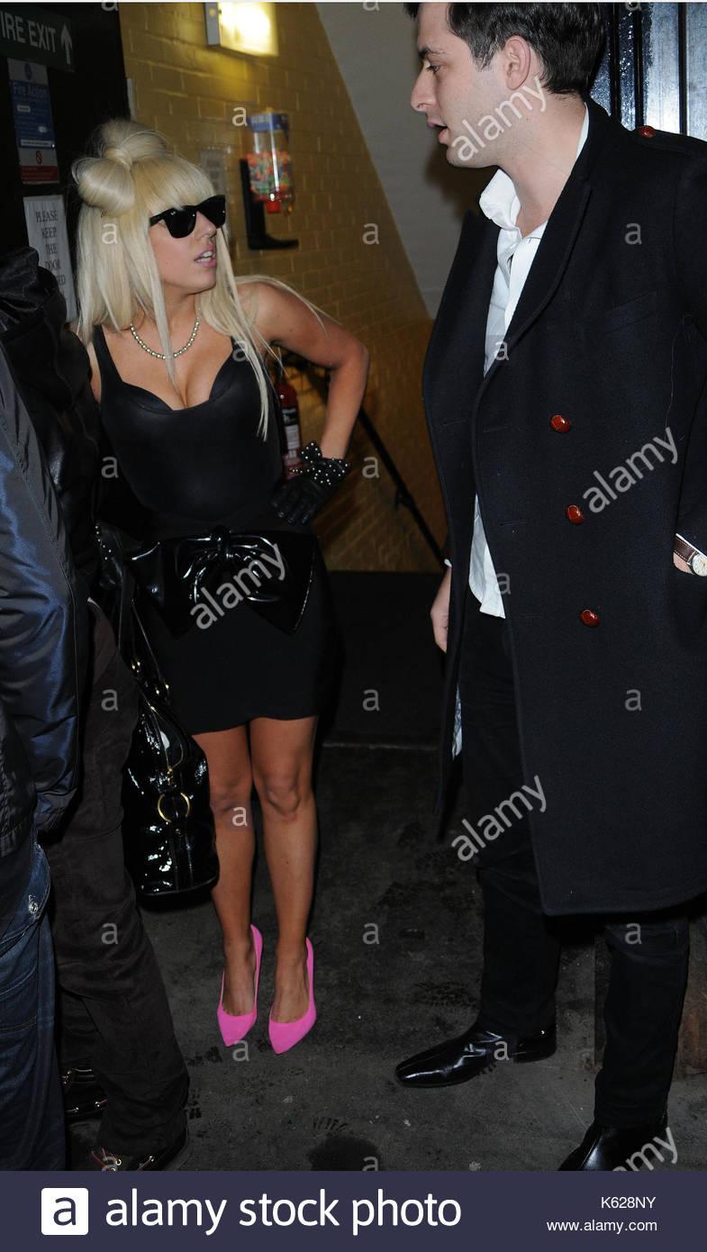 Lady GaGa und Mark Ronson. Lady GaGa, gekleidet in pink Heels und ...
