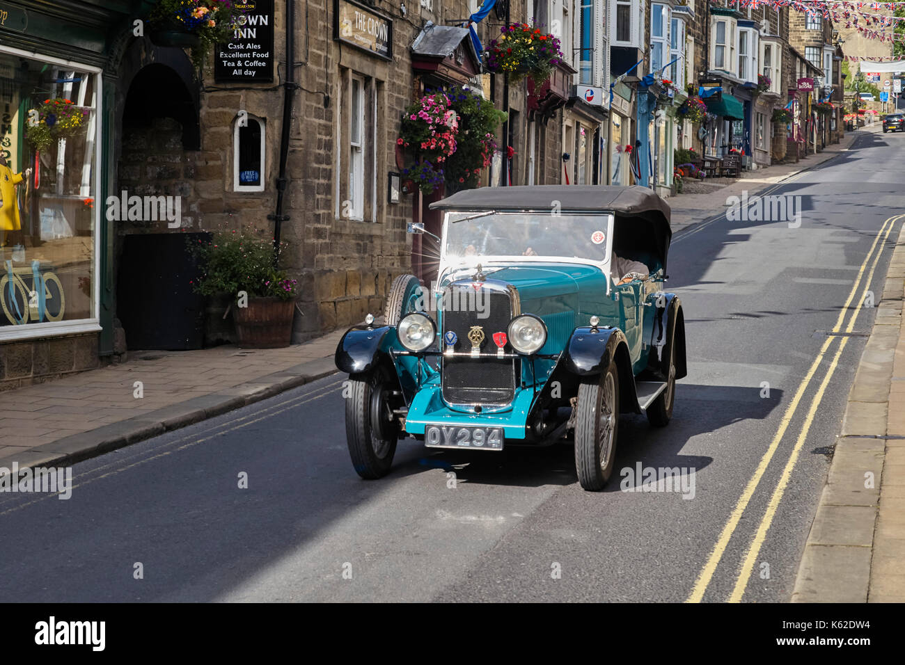 Vintage Alvis fahren durch Pateley Bridge in Yorkshire. Stockbild